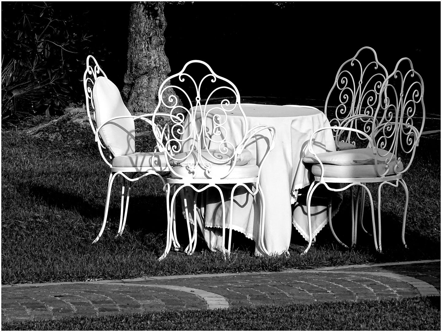 Table_Manners_in_Black_and_White_075_I17.25.90